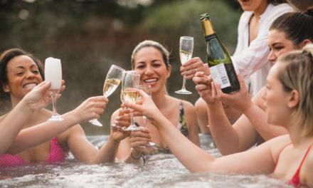 Η χαλαρή βραδιά σε υδρομασάζ με φίλους μετατράπηκε σε εφιάλτη για νεαρή γυναίκα