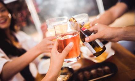 Το αλκοόλ φέρνει τον κόσμο πιο κοντά, κυριολεκτικά