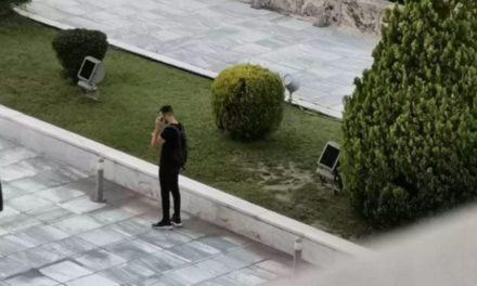 Ψάχνουν να βρουν ποιος έβγαλε τη φωτογραφία του αστυνομικού με το γουόκι τόκι