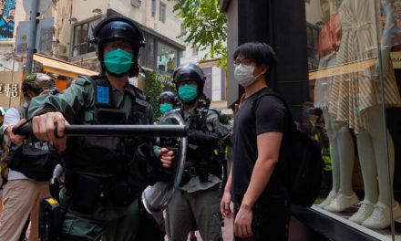 Έφοδος εκατοντάδων αστυνομικών στην tabloid Apple Daily του Χονγκ Κονγκ