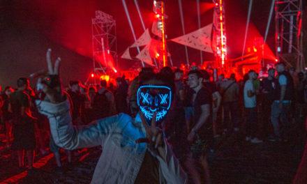 Οι περιορισμοί χαλάρωσαν στην Αλβανία και 10.000 άτομα βρέθηκαν σε παραλία για φεστιβάλ