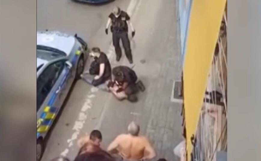 Συνελήφθη, αστυνομικός τον πάτησε στον λαιμό και πέθανε στο ασθενοφόρο