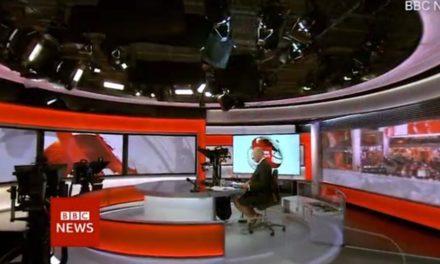 Οι κάμερες «πρόδωσαν» το ασυνήθιστο ντύσιμο παρουσιαστή του BBC κάτω από το γραφείο