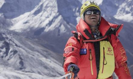 Ο πρώτος Κινέζος τυφλός ορειβάτης πάτησε στην κορυφή του Έβερεστ