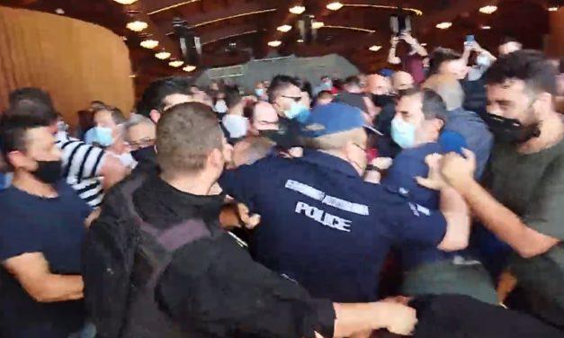ΒΙΝΤΕΟ: Επεισόδια μεταξύ διαδηλωτών και Αστυνομίας στο συνέδριο του Εργατικού Κέντρου Κοζάνης
