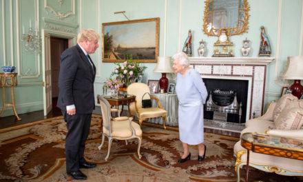 Τη συμπάθειά της στον «ανίκανο» Βρετανό υπουργό Υγείας εξέφρασε η Βασίλισσα Ελισάβετ: «Τον φουκαρά»