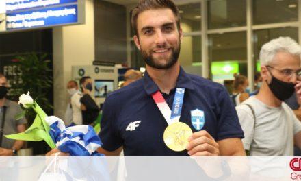 Ολυμπιακοί Αγώνες: Στην Αθήνα ο «χρυσός» Στέφανος Ντούσκος – Αποθέωση στο αεροδρόμιο